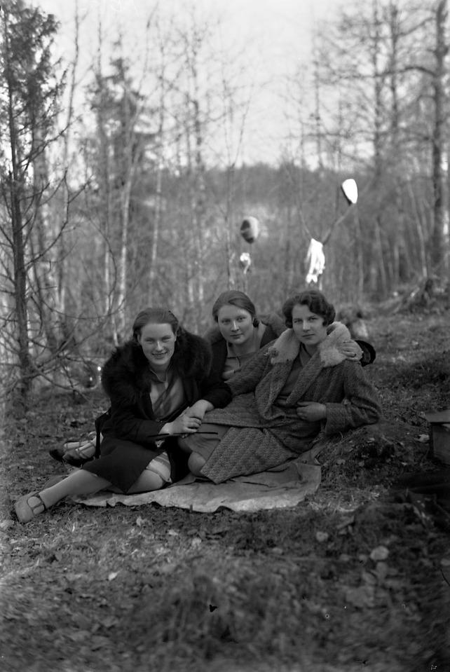 Kolme naista kevätpäivänä    10 x 15 cm lasinegatiivi
